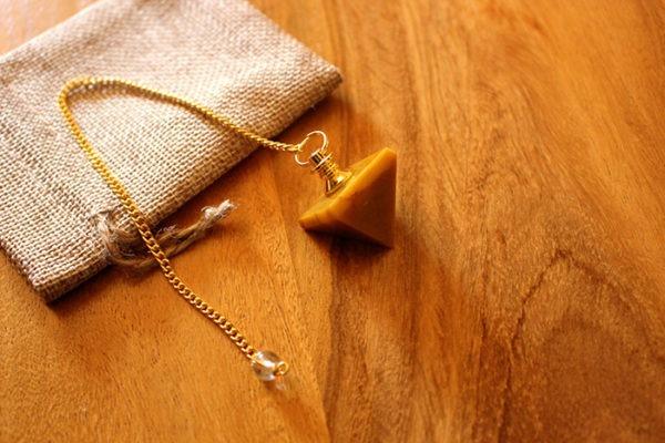 pendule divinatoire jaspe jaune pyramide