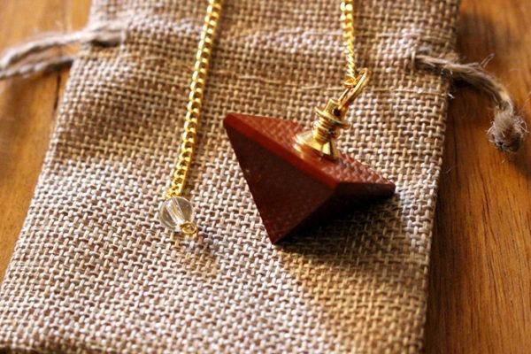 pendule divinatoire jaspe rouge pyramide