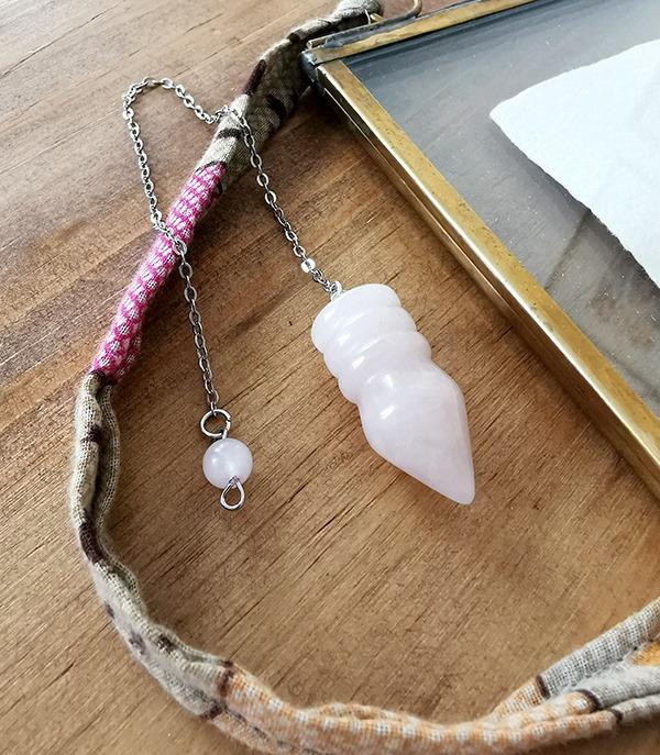 pendule-egyptien-quartz-rose