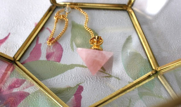 pendule quartz rose pyramide