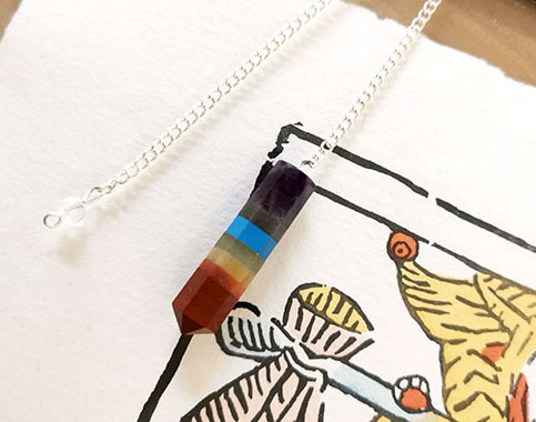 pendule-radiesthesie-chakras-crayon